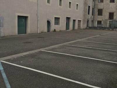 Le parking du restaurant les Jardins de Sainte Cécile